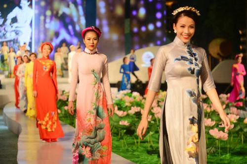 """Các người mẫu với trang phục áo dài biểu diễn trong chương trình nghệ thuật """"Tinh hoa áo dài Việt"""""""