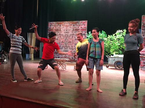 """Cảnh trong vở """"Làm người ai làm thế"""" trên Sân khấu Nhà hát Bến Thành thu hút đông đảo khán giả khi có nghệ sĩ Trường Giang tham gia"""