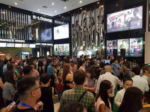 Thị trường chiếu phim đang hái ra tiền nhưng cơ hội không dành cho phim Việt. Trong ảnh: Khán giả đến xem phim tại một rạp ở TP HCM Ảnh: Thúy Khanh