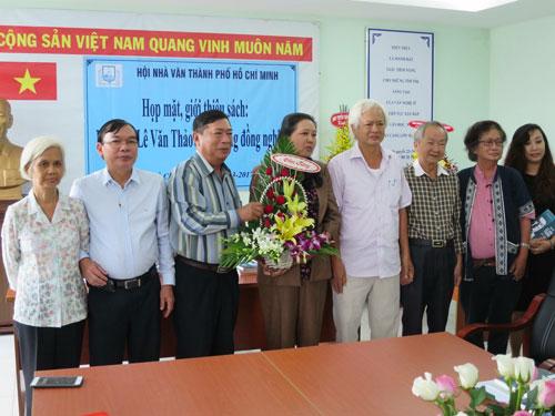 Ban tổ chức buổi tọa đàm tặng hoa cho gia đình nhà văn Lê Văn Thảo