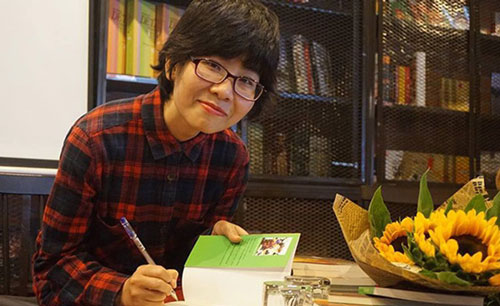 """Tác giả Hoàng Thị Diệu Thuần ký tặng sách """"Muôn ánh mặt trời"""""""
