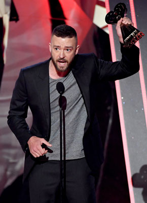 Justin Timberlake nhận giải thưởng iHearRadio 2017 Ảnh: BILLBOARD