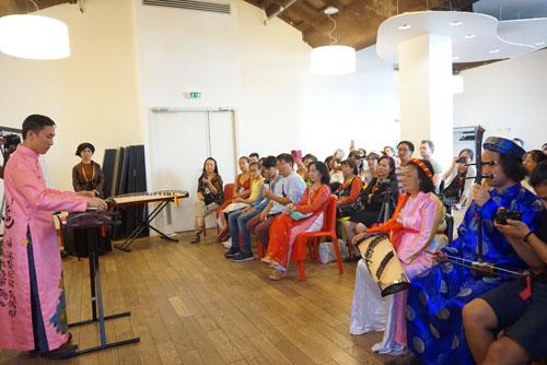 Bàn cách dạy nhạc truyền thống cho giới trẻ người Việt xa xứ - Ảnh 2.