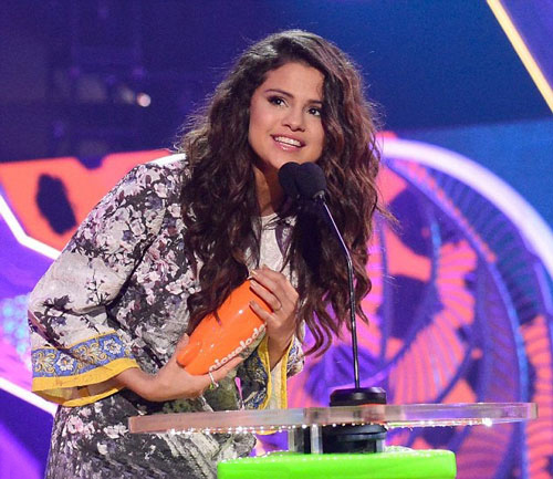 Selena Gomez nhận giải thưởng Kids' choice 2017 Ảnh: DAILY MAIL