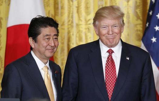 Ông Trump tiếp đón Thủ tướng Nhật Abe tại Nhà Trắng hôm 10-2. Ảnh: Reuters