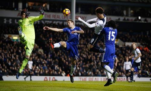 Hàng thủ vững chắc của Chelsea 2 vòng liền xuất hiện những khoảng trống khi để lọt lưới 2 bàn/trận Ảnh: REUTERS