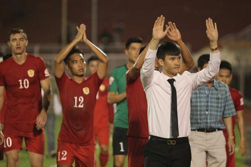 Quyền Chủ tịch CLB TP HCM Lê Công Vinh cùng các cầu thủ đi vòng quanh sân cảm ơn khán giả đã đến cổ vũ cho đội bóng tân binh V-League Ảnh: HOÀNG TRIỀU