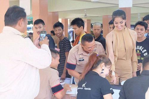 Patra Wirunthanakij, cựu hoa hậu chuyển giới, tại buổi khám tuyển nghĩa vụ quân sự mới đây Ảnh: EXCLUSIVEPIX MEDIA