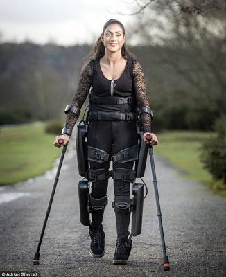 Cô Nicki Donnelly có thể đi bộ nhờ sự hỗ trợ của một khung xương robot Ảnh: DAILY MAIL