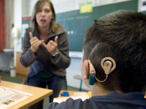 Một học sinh đang đeo ốc tai điện tử ở Mỹ Ảnh: AP