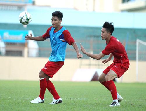 Thi đấu nhiều ở V-League mùa này nhưng tiền đạo Hà Đức Chinh (trái) chưa có nền tảng thể lực tốt nhất Ảnh: NGỌC LINH