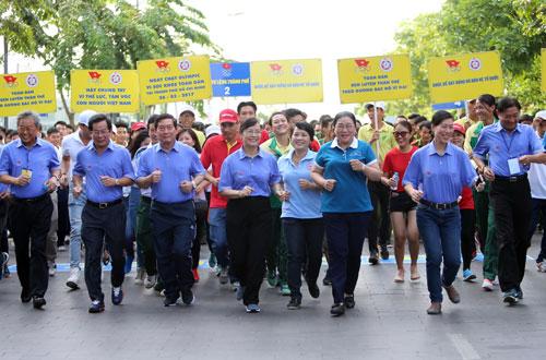 Ngày chạy Olympic trên phố đi bộ Nguyễn Huệ (TP HCM) Ảnh: QUANG LIÊM