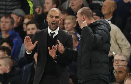 HLV Guardiola than phiền trợ lý trọng tài trong trận Man City thua chủ nhà Chelsea 1-2 rạng sáng 6-4 Ảnh: REUTERS
