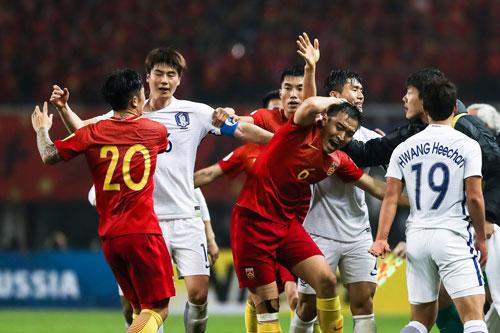 Cầu thủ Trung Quốc và Hàn Quốc (trắng) xô xát vào cuối trận Ảnh: REUTERS