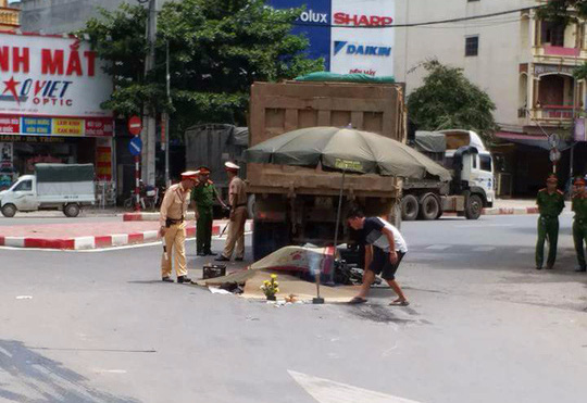 3 người chết thảm dưới bánh xe tải, tài xế rời hiện trường - Ảnh 2.