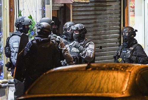 Cảnh sát bố ráp một căn hộ ở TP Birmingham sau vụ khủng bố. Ảnh dưới: Nghi phạm vụ tấn công Ảnh: DAILY MAIL, PA