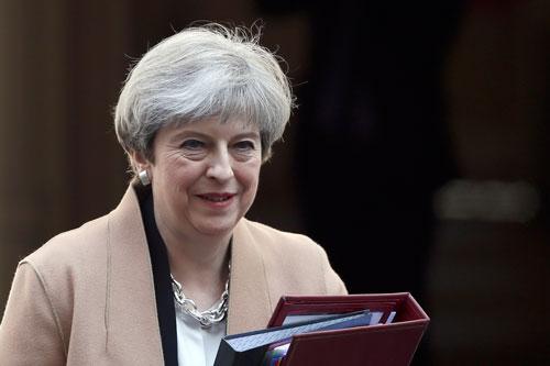Thủ tướng Anh Theresa May rời phủ thủ tướng đến hạ viện hôm 19-4 Ảnh: REUTERS