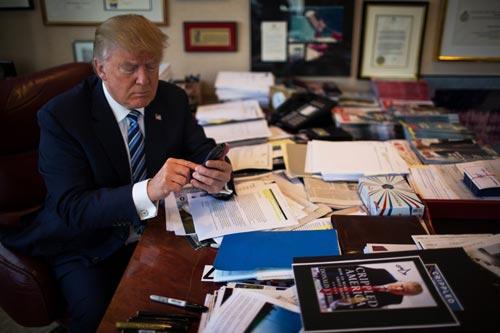 Ông Trump đang bị chỉ trích vì thói quen đưa các vấn đề lớn của đất nước lên Twitter Ảnh: THE NEW YORK TIMES