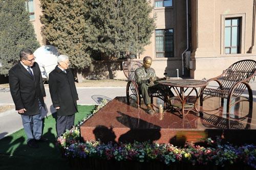 Tổng Bí thư Nguyễn Phú Trọng bên bức tượng Chủ tịch Hồ Chí Minh trong khuôn viên Đại sứ quán Việt Nam tại Trung Quốc Ảnh: TTXVN