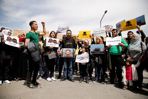 Người dân Syria tập trung tại thủ đô Damascus hôm 8-4 để phản đối vụ không kích của Mỹ Ảnh: REUTERS