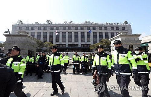 Cảnh sát tại Tòa án Hiến pháp ngày 9-3 Ảnh: YONHAP