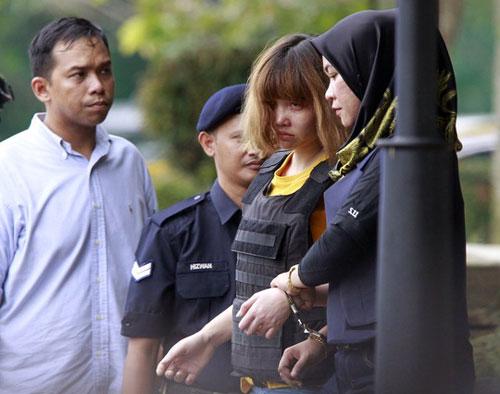 Đoàn Thị Hương (thứ hai từ phải sang) và Siti Aishah (bìa phải) ra tòa ngày 1-3 - Ảnh: EPA