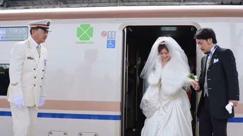 Một cặp đôi Nhật Bản trên đường đến nơi làm lễ cưới Ảnh: KYODO