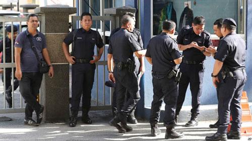 Cảnh sát Malaysia bảo vệ nghiêm ngặt bệnh viện giữ thi thể ông Kim Jong-nam ở Kuala Lumpur Ảnh: AP