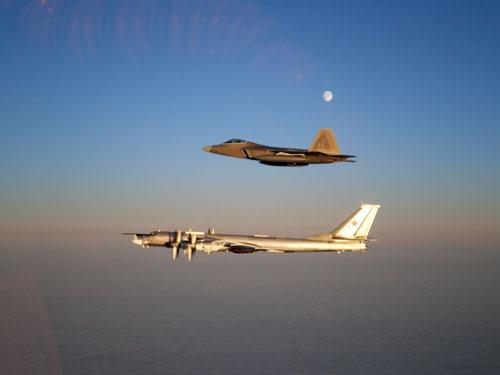 Một chiếc F-22 (trên) kè theo Tu-95 ở ngoài khơi California hôm 17-4 Ảnh: US AIR FORCE