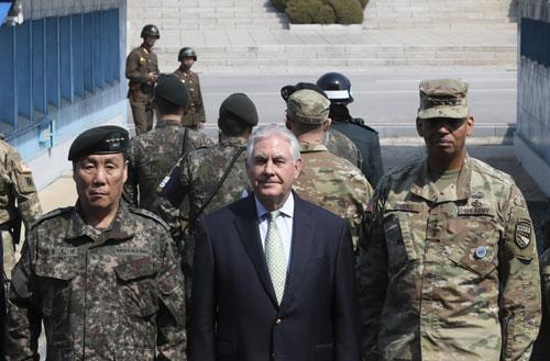 Ngoại trưởng Mỹ Rex Tillerson (giữa) thăm biên giới liên Triều ngày 17-3 Ảnh: REUTERS