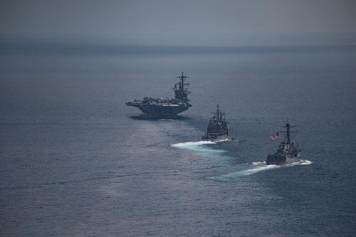 Tàu sân bay USS Carl Vinson (phía trước) và 2 tàu chiến của Mỹ ở Ấn Độ Dương ngày 14-4 Ảnh: REUTERS