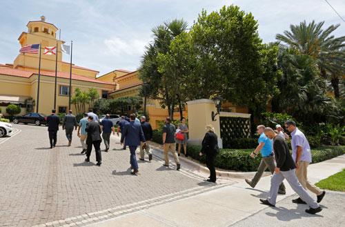 Các nhân viên an ninh vào khu nghỉ dưỡng The Eau Palm Beach Resort & Spa hôm 5-4, nơi Chủ tịch Trung Quốc Tập Cận Bình ở khi đến bang Florida Ảnh: REUTERS