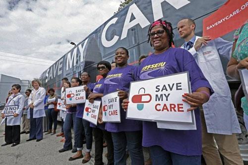 Các bác sĩ, y tá tham gia một cuộc tuần hành phản đối thay thế Obamacare ở TP Miami vào đầu tháng này Ảnh: MIAMI HERALD