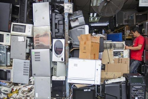 Thiết bị điện tử cũ tại một cửa hàng ở thủ đô Kuala Lumpur - Malaysia Ảnh: AP