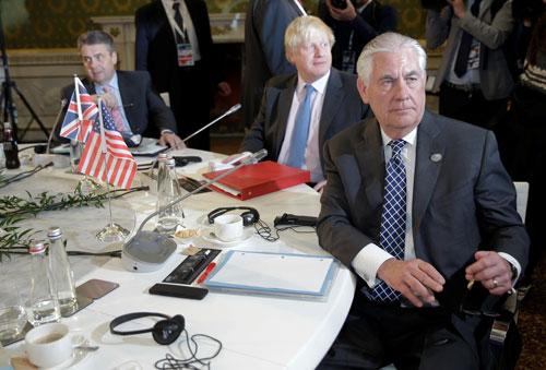 Ngoại trưởng Mỹ Rex Tillerson (phải) tại hội nghị G7 hôm 11-4 Ảnh: REUTERS