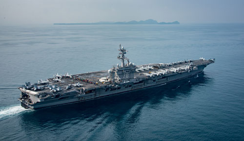 Tàu sân bay USS Carl Vinson đi qua eo biển Sunda, Indonesia hôm 15-4. Ảnh: REUTERS