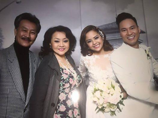Vợ chồng Hương Lan chụp ảnh cùng vợ chồng Đình Bảo