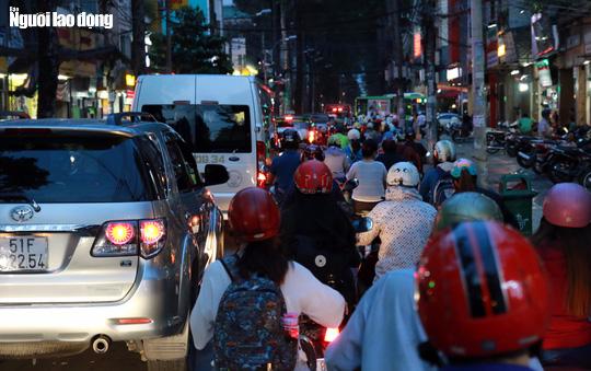 Đường nào cũng kẹt, dân Sài Gòn mệt mỏi trở về nhà - Ảnh 16.
