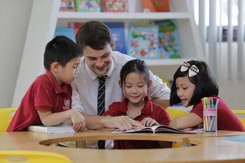 Từ năm học 2017-2018, Vinschool chính thức bổ sung chương trình Song ngữ quốc tế Cambridge từ lớp 1 đến lớp 8 với các giáo viên bản ngữ có kinh nghiệm và bằng cấp do Cambridge thẩm định