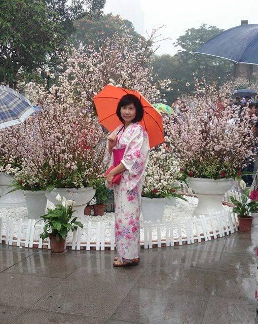 Người của Ban tổ chức với bộ kimono truyền thống của Nhật Bản khiến triển lãm hoa càng thêm thú vị