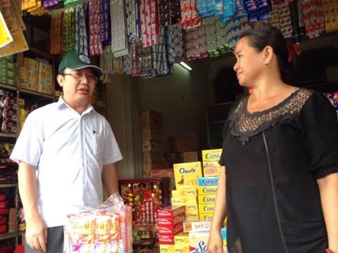 Chủ tịch UBND quận 1 - TP HCM Trần Thế Thuận hỏi thăm tình hình mua bán của người dân trên đường Nguyễn Thái Học