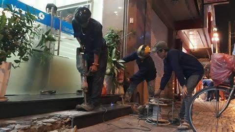 Và đây là hình ảnh đục bậc tam cấp trước nhà số 23 Hải Triều