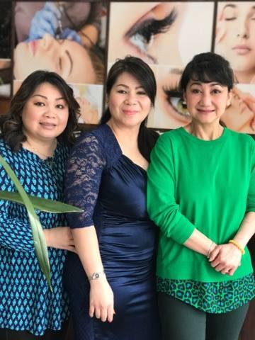NSƯT Thanh Thanh Tâm và hai cô con gái của nghệ sĩ Thanh Hùng - hiệu trưởng trường nails nổi tiếng tại Portland: Hòa Nguyễn và Thanh Thảo