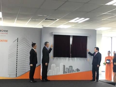 Thủ tướng Singapore Lý Hiển Long (trái) và Phó Thủ tướng Trịnh Đình Dũng kéo băng khánh thành tòa nhà Mapletree Business Central
