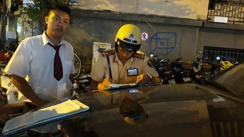 CSGT lập biên bản tài xế taxi