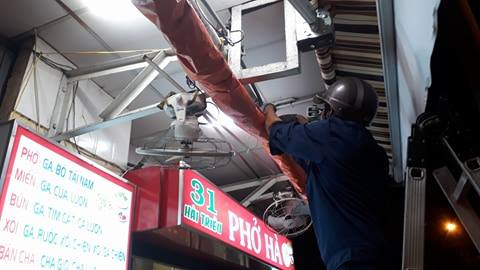 Công nhân tháo dỡ mái che quán phở số 31 Hải Triều