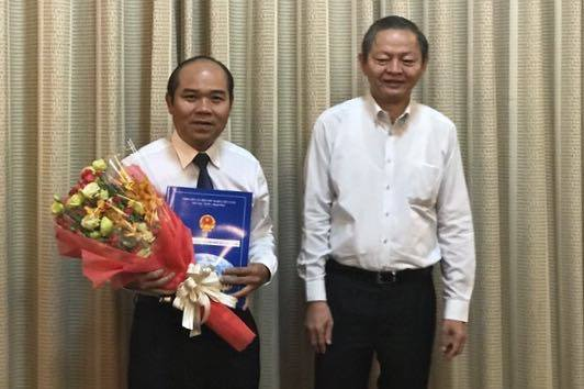 Ông Lê Văn Khoa (phải) trao quyết định phê chuẩn kết quả bầu chức vụ Chủ tịch UBND quận 9 khóa IV (nhiệm kỳ 2016 – 2021) đối với ông Trần Văn Bảy.