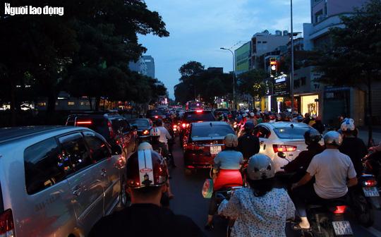 Đường nào cũng kẹt, dân Sài Gòn mệt mỏi trở về nhà - Ảnh 13.