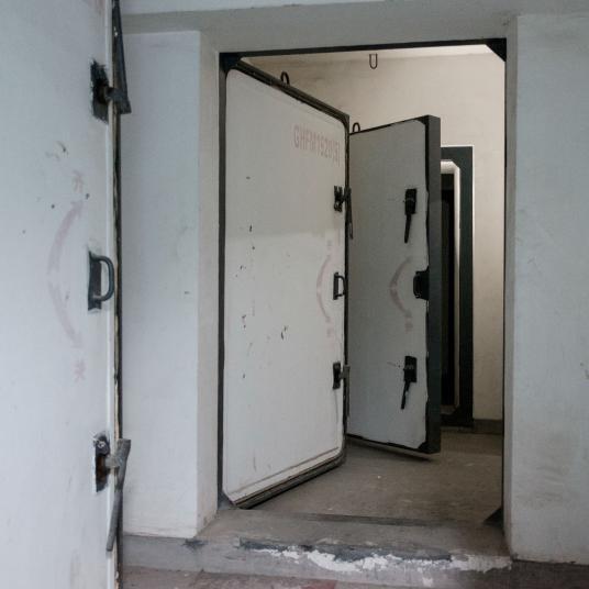 Cánh cửa cũ kỹ của các căn hầm. Ảnh: Antonio Faccilongo