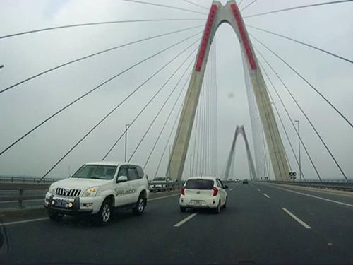 Chiếc xe biển xanh thuộc Bộ Y tế quản lý là 1 trong số 5 chiếc xe đi ngược chiều trên cầu Nhật Tân - Ảnh cắt từ clip
